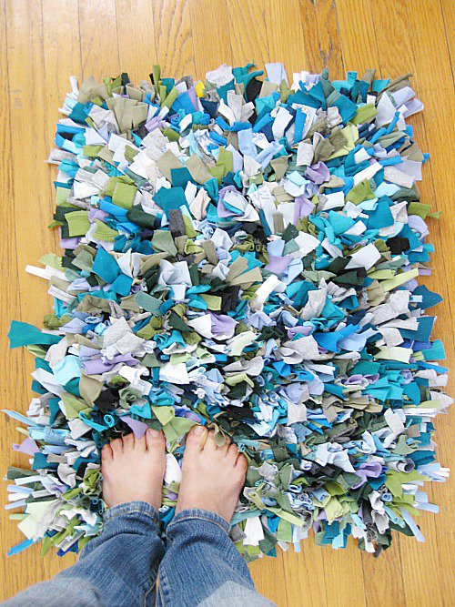 10 Fabulous DIY Ways to Recycle Old Tees t shirt rag rug tutorial