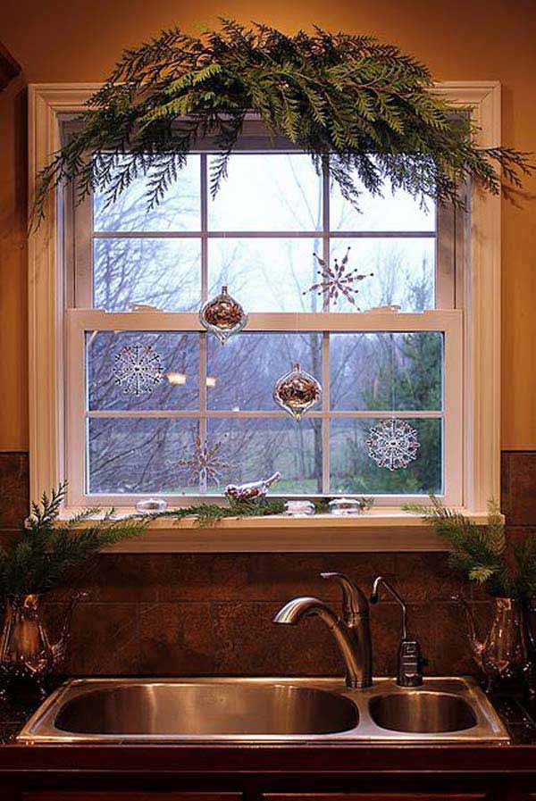 30 Insanely Beautiful Last Minute Christmas Windows Decorating Ideas homesthetics decor 15