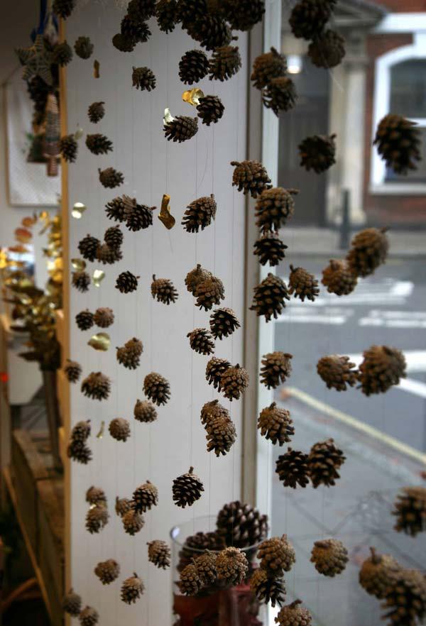 30 Insanely Beautiful Last Minute Christmas Windows Decorating Ideas homesthetics decor 25
