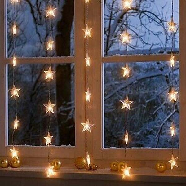 30 Insanely Beautiful Last Minute Christmas Windows Decorating Ideas homesthetics decor 7