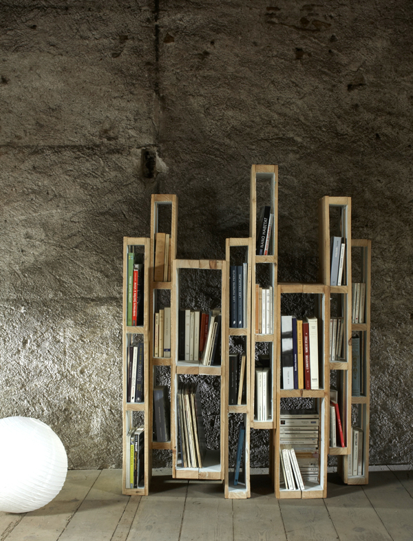 Bookshelf-With-Vertical-Pallets