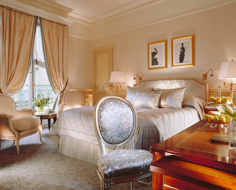 Luxurious Victorian Bedroom Designs with Beauiful Bed and Haedboard Design