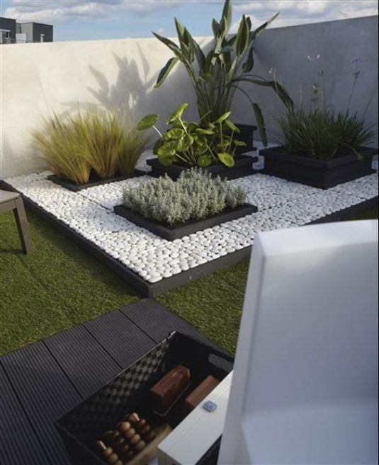 decorate your balcony with pebbles 9